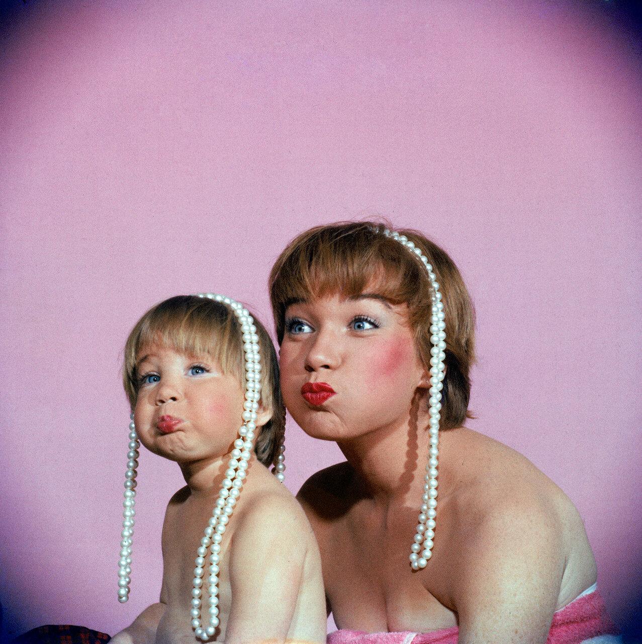 1959. Ширли Маклейн и ее дочь Сати Паркер позируют с жемчужными ожерельями
