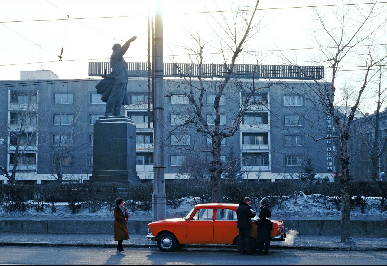 Иркутск. Улица Ленина. «Круговая оборона партии» с магазином «Политкнига»