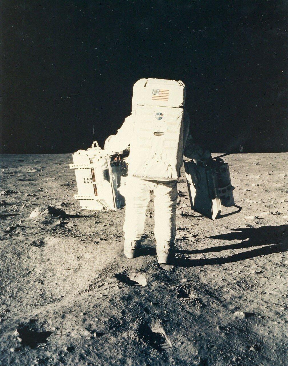 Олдрин выгрузил приборы и перенёс к выбранному, относительно ровному месту. На снимке: Базз Олдрин отходит от Лунного Модуля