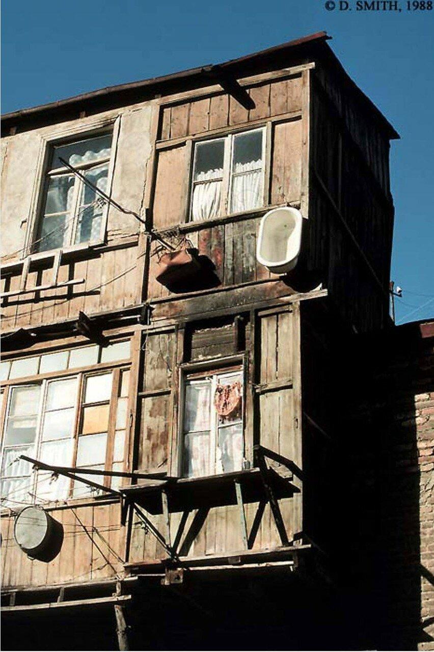 Тбилиси. Жилой дом с ванной, висящей за окном