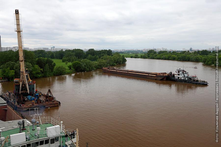 «Речной 21» с пустой баржей у Строгинского моста