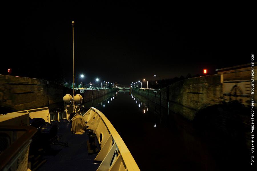 ночное фото Заходим в правую камеру шлюза Рыбинский гидроузел