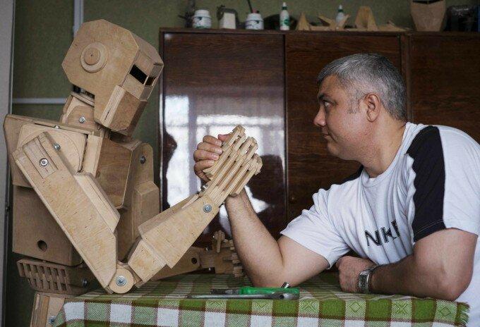 Запорожский кулибин собрал деревянного робота (фото)