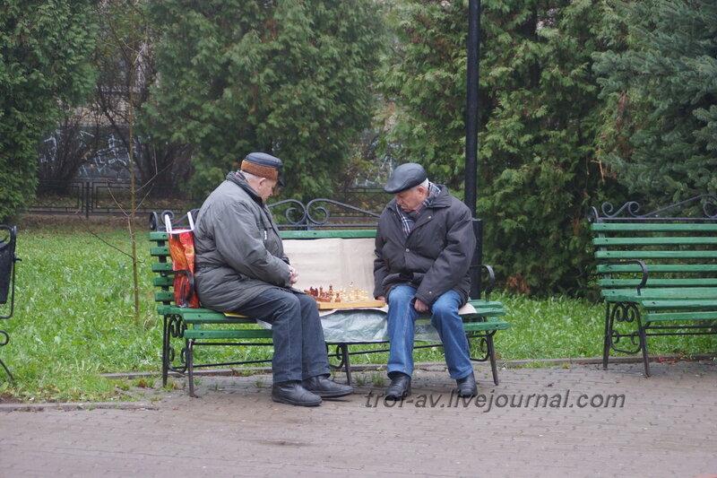 Шахматисты возле памятника космонавту Титову, Краснознаменск