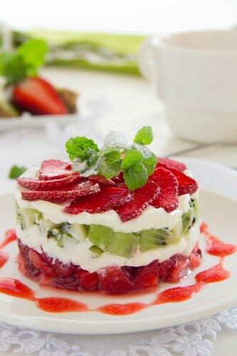 Summer dessert with strawberries, kiwi and vanilla cream.