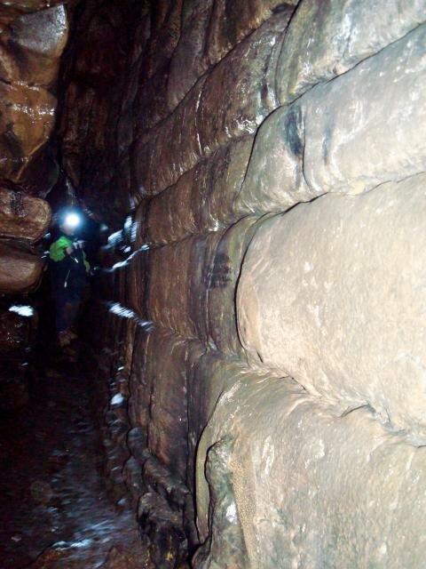 Фонарик впещере— вещь незаменимая