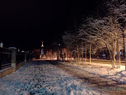 Фото города Инта №6078  Улица Полярная в сторону башни в районе стадиона (забор слева) и Полярной 18