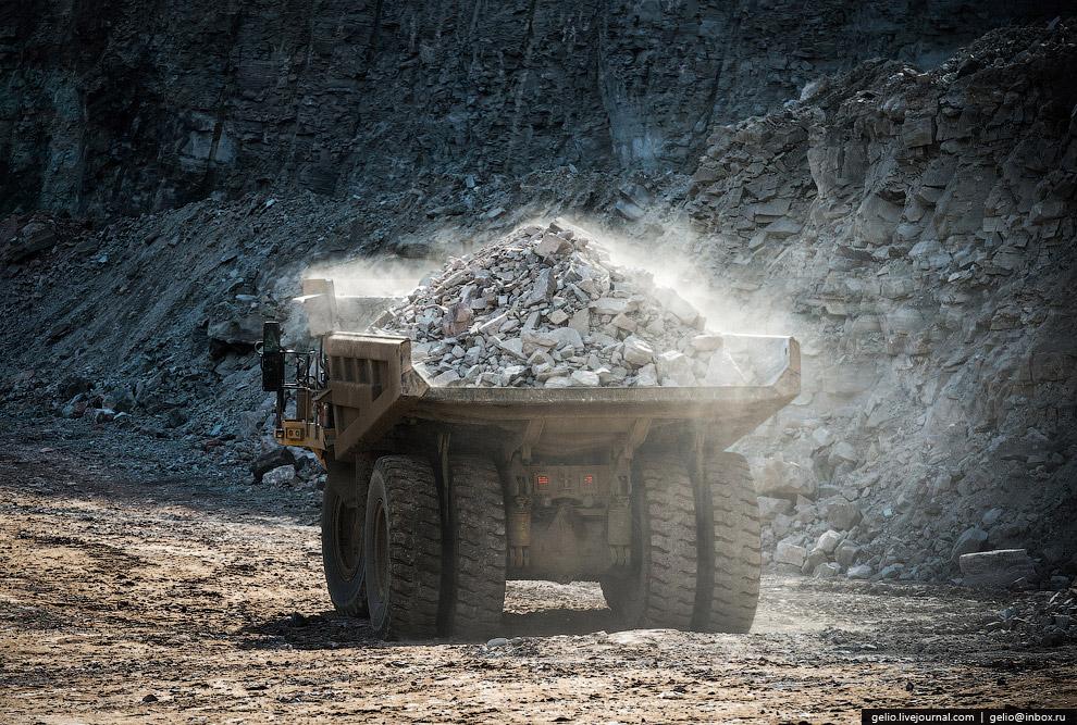 С карьера или из шахты руду самосвалами отправляют на фабрику, где из нее извлекают сами полезн