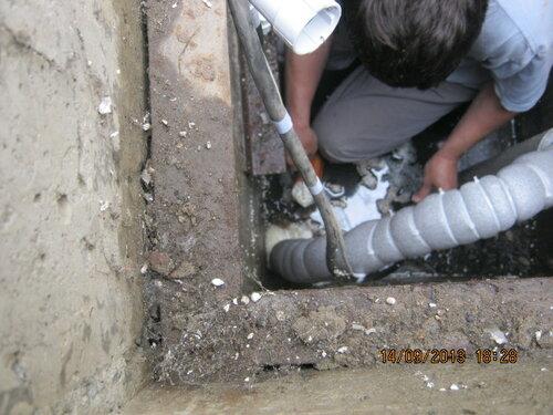 Дополнительно заделал монтажной пеной место входа трубы в подземную траншею