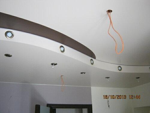 Подвесной потолок украшен россыпью софитов