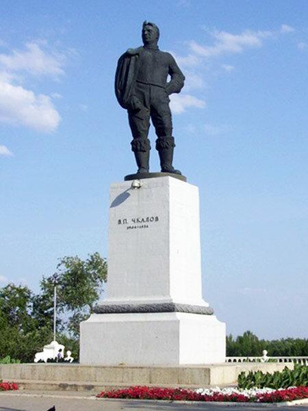 Памятник Чкалову в Оренбурге. Скульптор Исаак Абрамови Менделевич (1887 – 1952), архитектор Виктор Семёнович. Андреев (1905—1988)