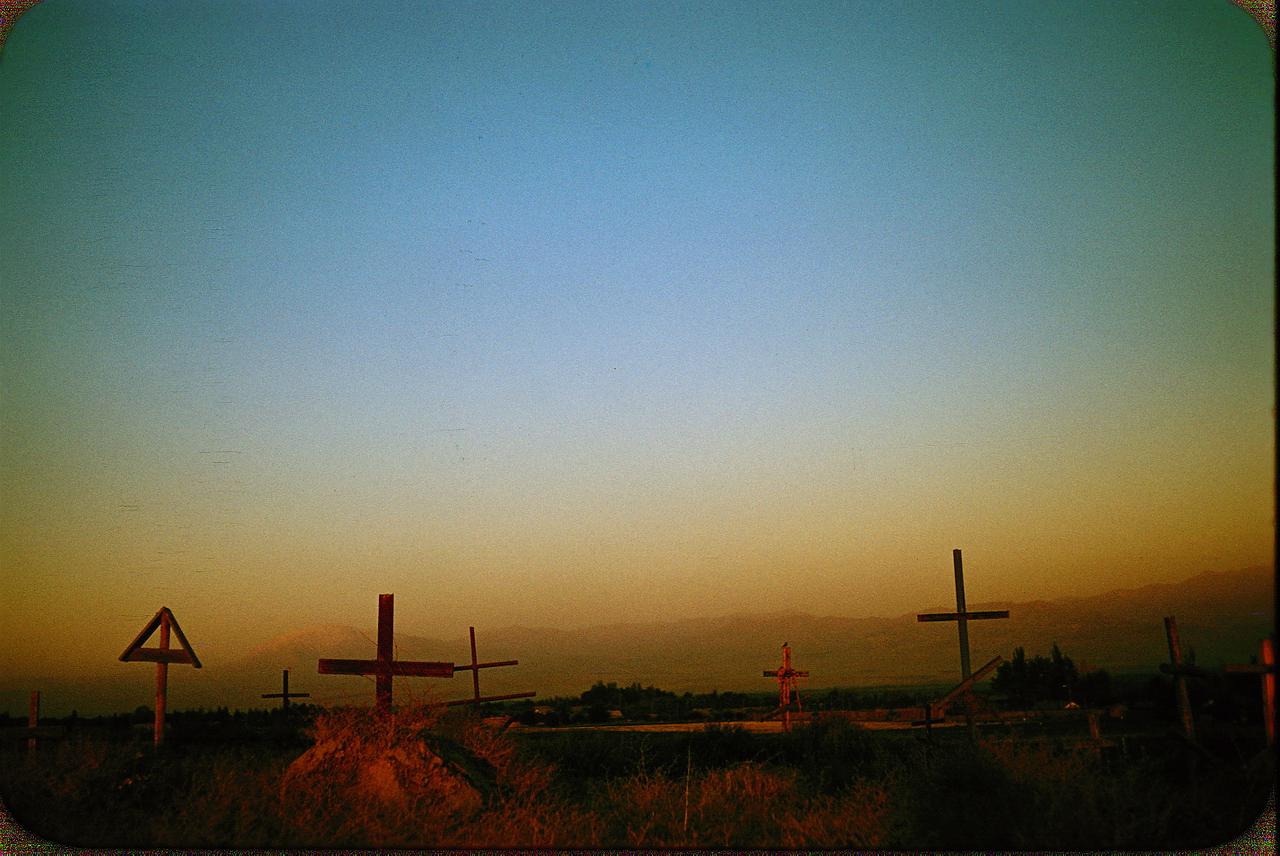 41.Сельская местность возле Ташкента. Кладбище. На заднем плане - горы Тянь-Шаня