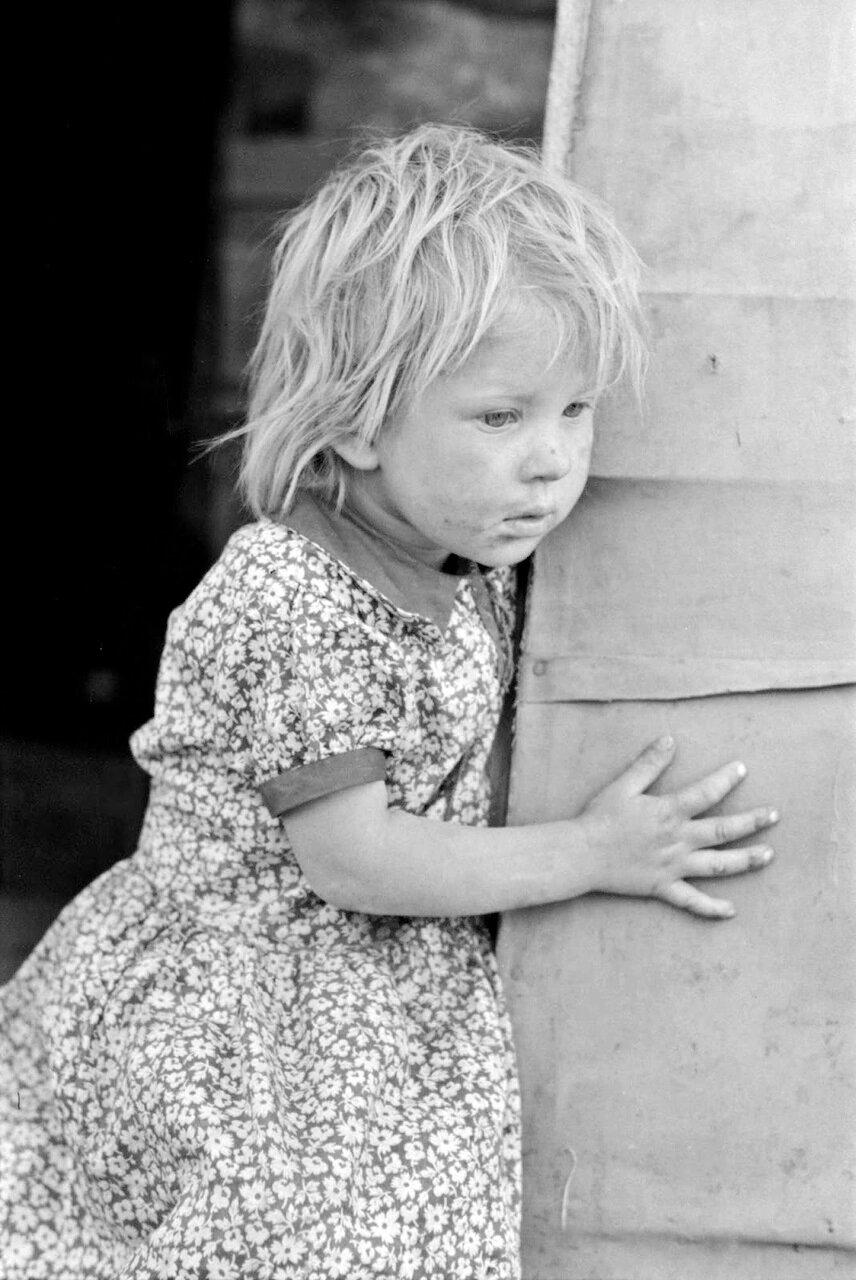 Ребенок сезонных рабочих в дверном проеме трейлера, Эдинбург, Техас, 1939