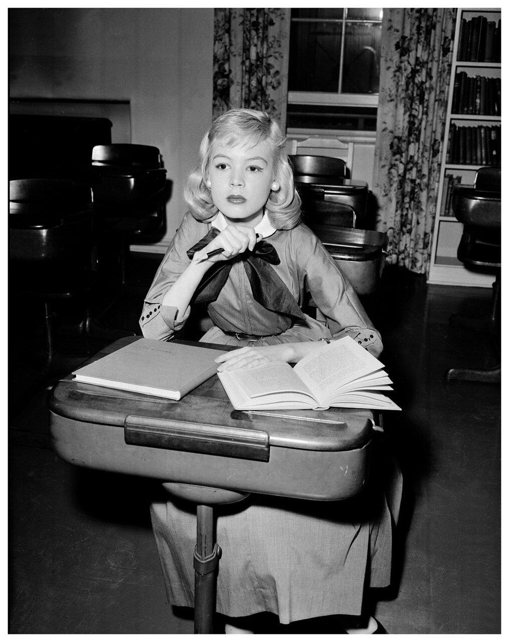 1957. Сандра Ди делает уроки в ожидании съемок