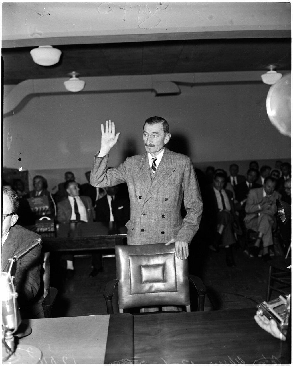1956. 6 декабря. Комиссия по расследованию антиамериканской деятельности. Джон Ухрин под присягой