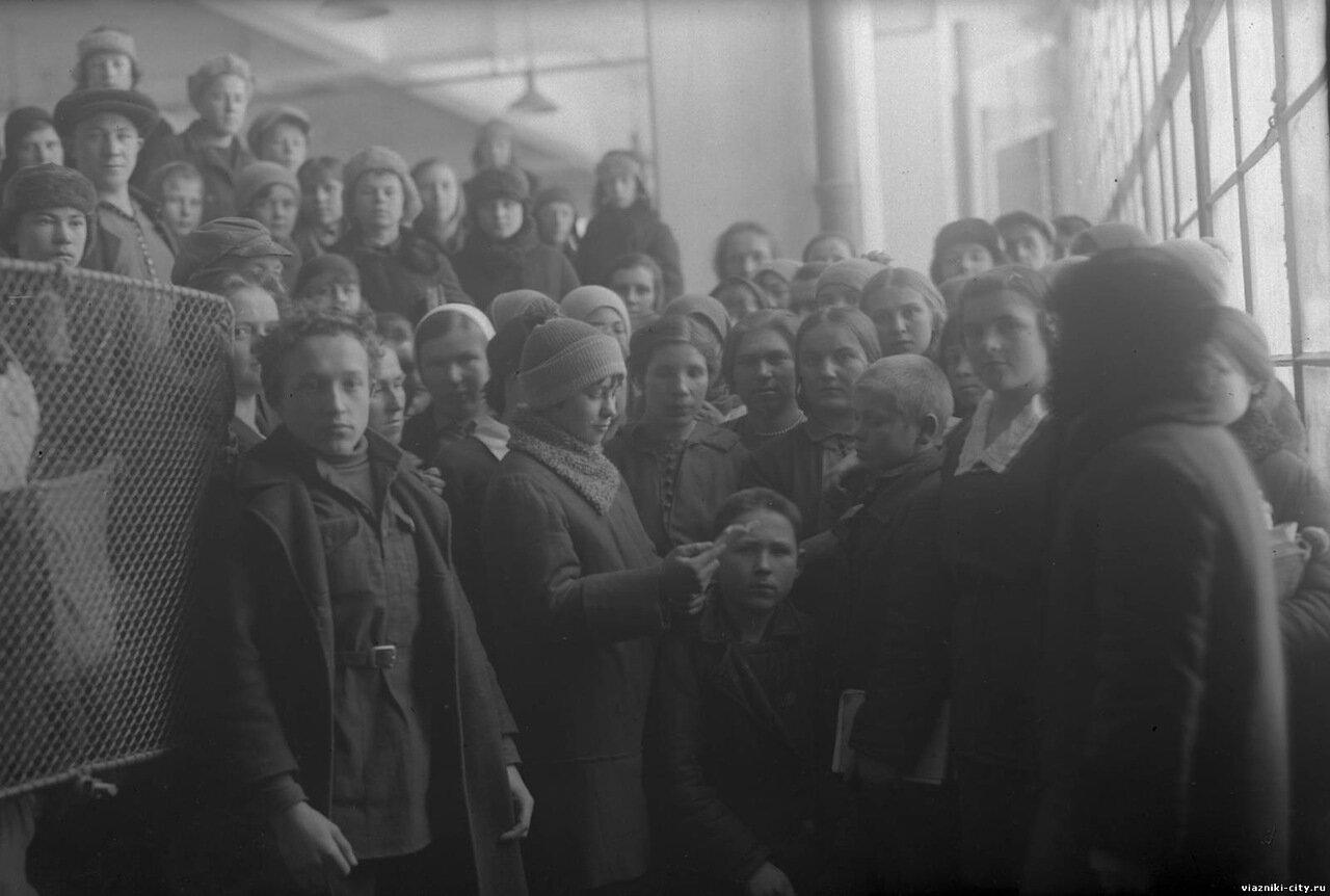 Чтение договора между школьниками школы им. Ленина и рабочими Свободного пролетария. 1932