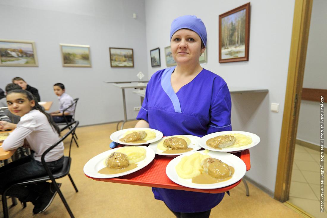 воспитанники Кимрской школы-интерната для детей сирот обедают