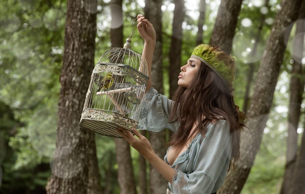 Обнаженная Jasmine прогулялась по лесу