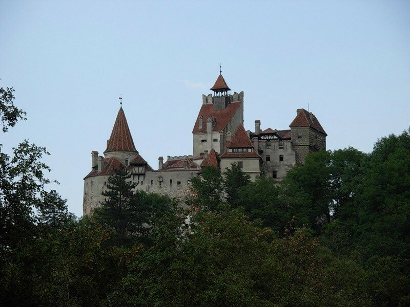 Древняя крепость посреди озера и замок Дракулы в Румынии