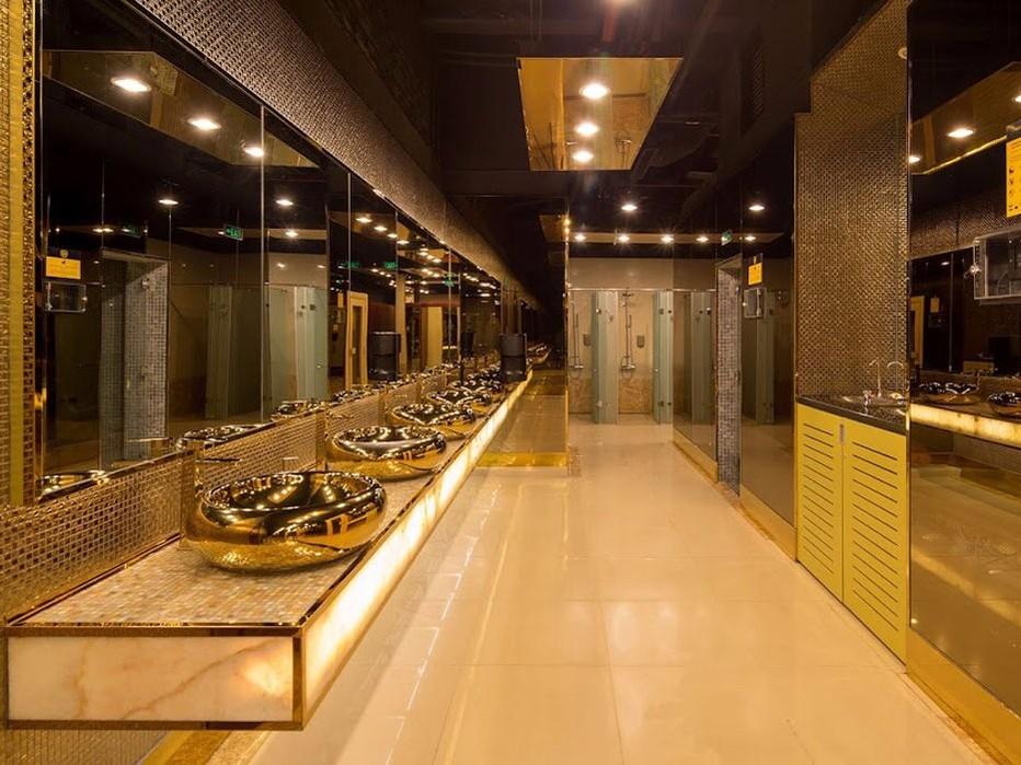 Туалеты здесь сверкают золотом.