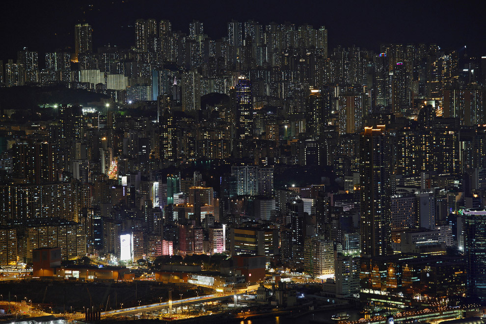 10. Могилы на холме и жилые кварталы. (Фото Kin Cheung):