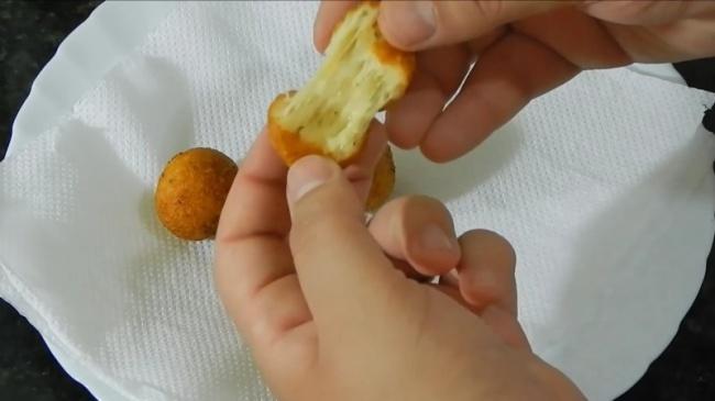 Подавайте кстолу. Готовые сырные шарики можно обмакивать вкетчуп, горчицу или другой соус наваш в