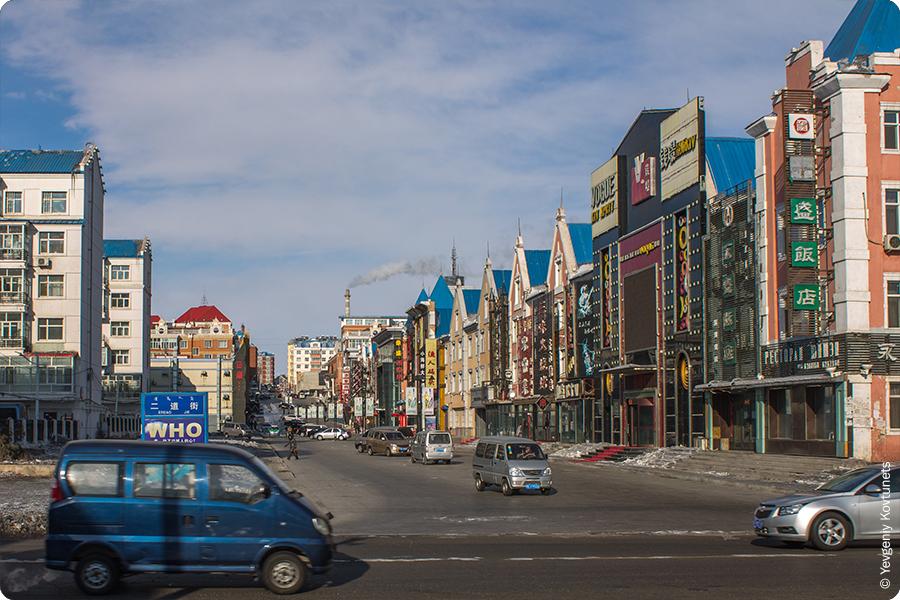 европейское здание во всю улицу в Маньчжурии