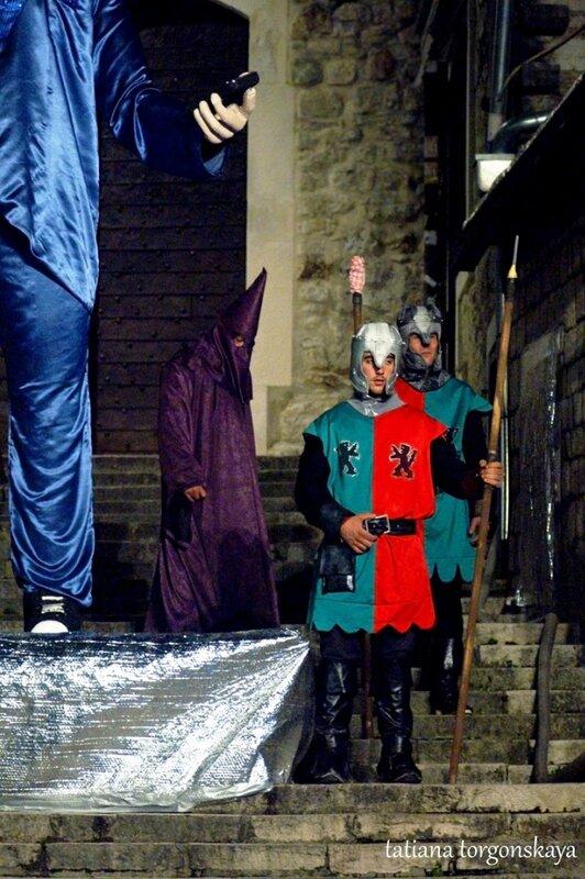 Охрана и палач возле карнавальной куклы