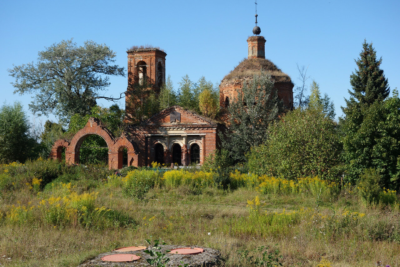 заросший храм при кладбище в селе Крапивна