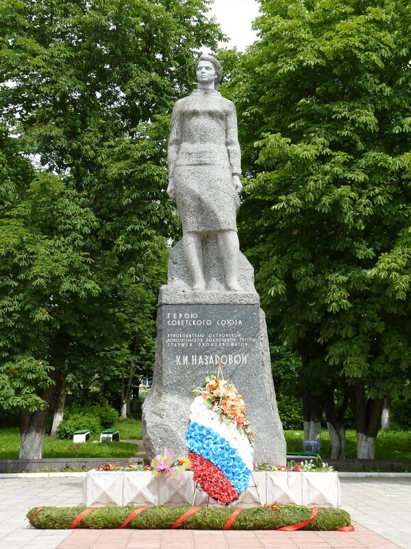Памятник Клаве Назаровой в Острове