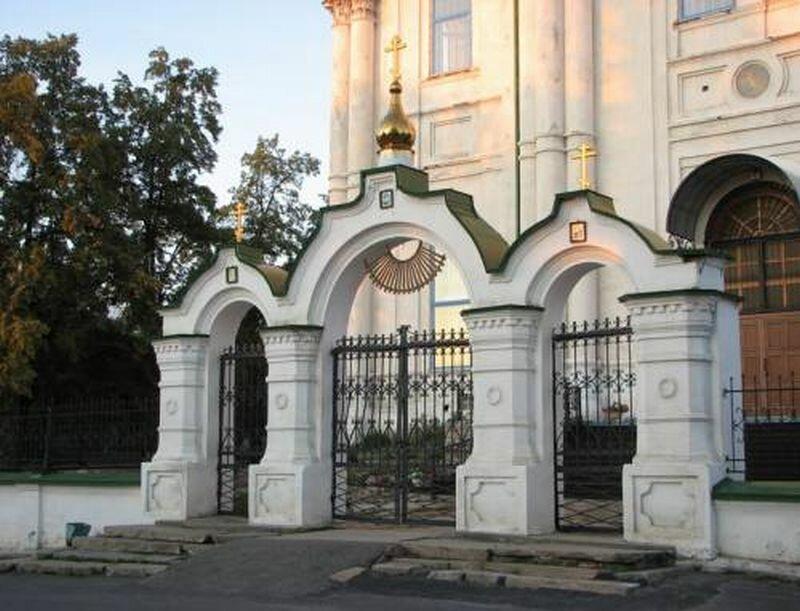 Арка перед входом в храм (31.05.2013)