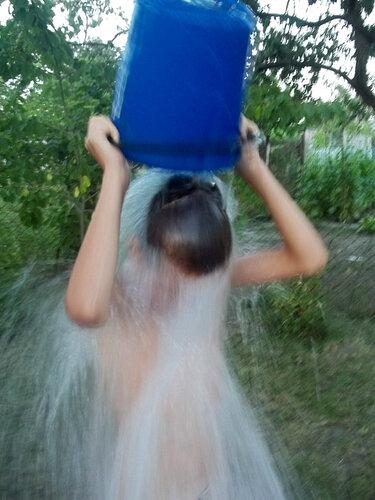 В струи воды одетый
