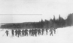 Группа солдат с офицером на учении в Первой Петербургской императора Александра III бригаде отдельного корпуса пограничной стражи.