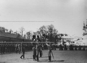 Командир полка генерал-майор свиты великий князь Дмитрий Константинович здоровается с офицерами на храмовом празднике полка.
