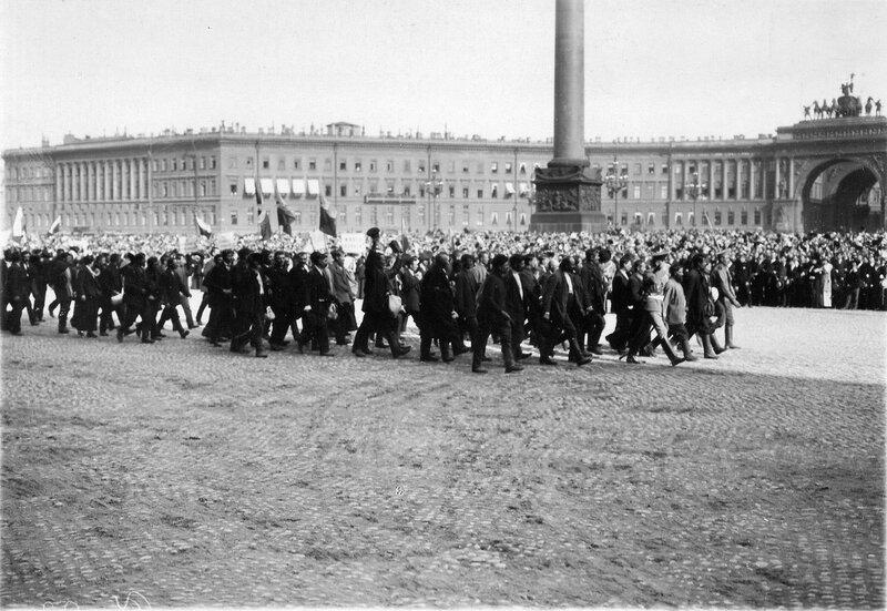 Запасные проходят перед манифестантами у Зимнего дворца в день чтения манифеста об объявлении войны.