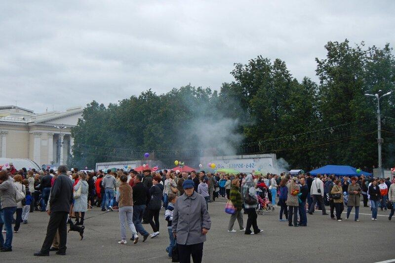 Театральная площадь в дыму от мангалов шашлычек