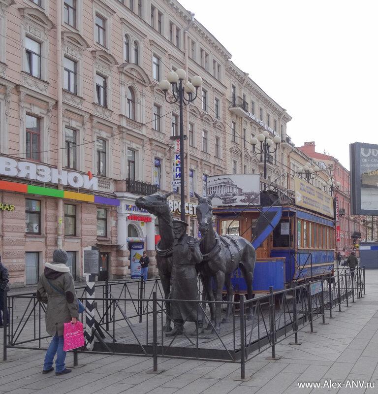 У станции метро 'Василеостровская' стоит такой полу-памятник полу-киоск - макет конки.