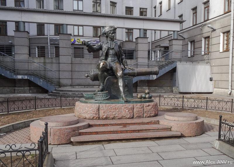 Памятник Василию всё также стоит на своём месте. Для тех кто не в курсе - это не Пётр Первый, а солдат, по имени которого назвали остров. Ну по легенде конечно.