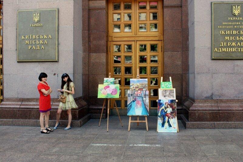 Детские рисунки перед входом в мэрию Киева