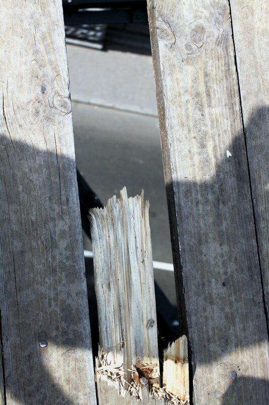 Выломанная доска в настиле Паркового моста