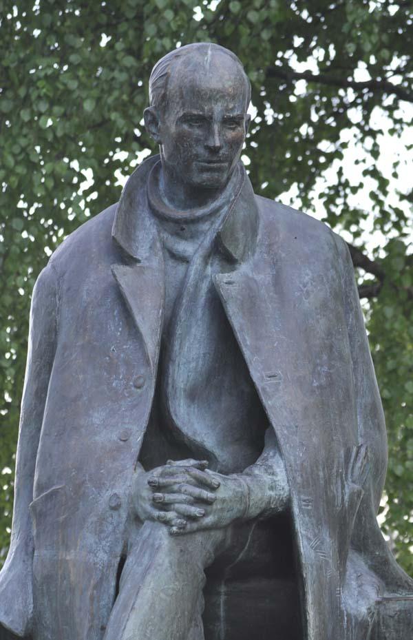 Тотьма. Памятник Рубцову без цветов.jpg