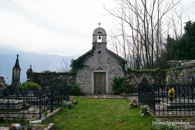 Небольшая церковь в Столиве рядом с кладбищем