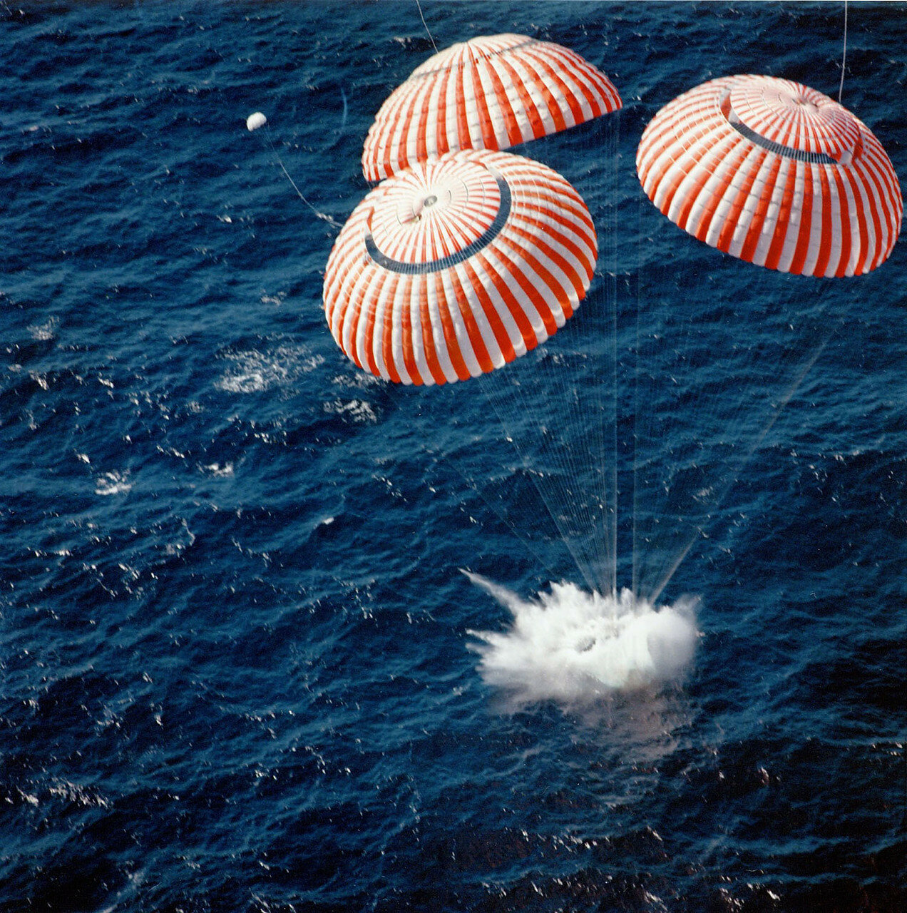 Завершающий этап посадки от раскрытия вспомогательных тормозных парашютов до приводнения транслировался по телевидению.