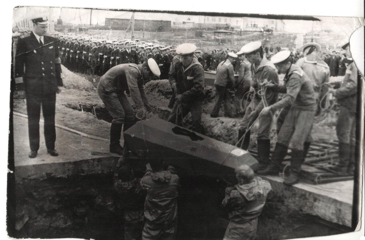 Оленья Губа. 1969 г. Похороны экипажа дизельной подводной лодки.
