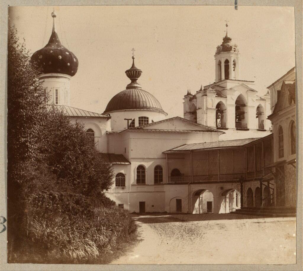Внутри Спасо-Преображенского монастыря]. 1910.