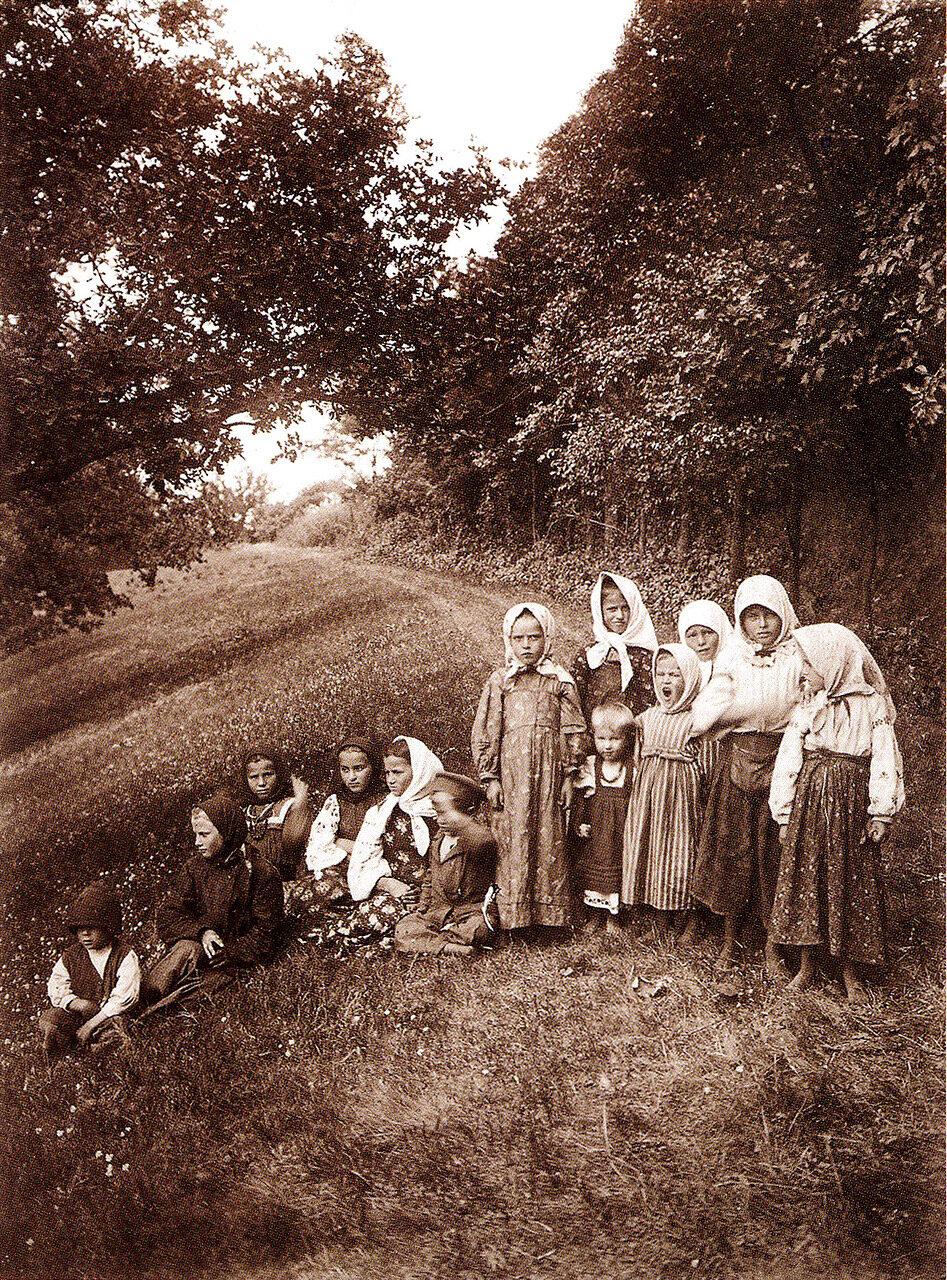 Сельская детвора. Село Коврай.1917 г.