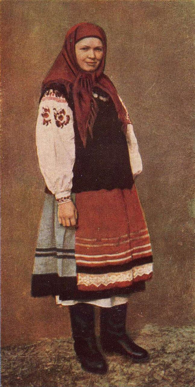Молодица в летней одежде. Село Карапыши Мироновского р-на Киевской обл. Фото 1957 г.