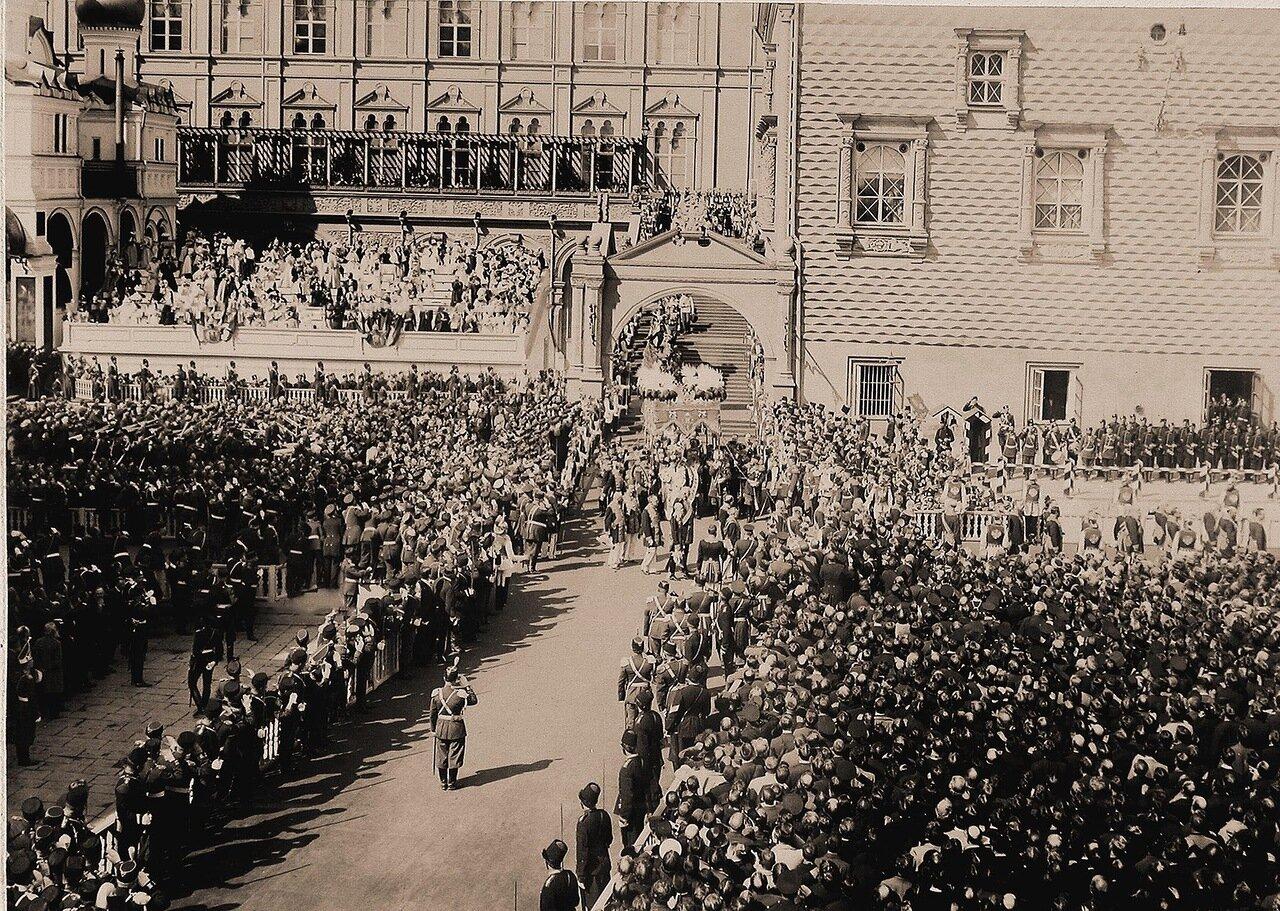 Вдовствующая императрица Мария Федоровна под балдахином шествует в сопровождении свиты от Красного крыльца Грановитой палаты к Успенскому собору в день торжественной коронации