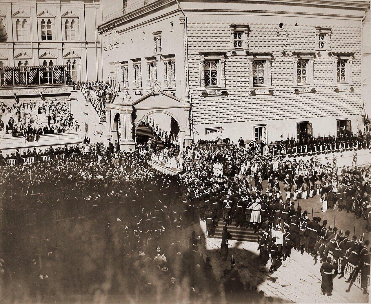 Вдовствующая императрица Мария Федоровна шествует под балдахином в сопровождении свиты от Красного крыльца Грановитой палаты к Успенскому собору в день торжественной коронации;за балдахином императрицы идет принц неаполитанский Виктор-Эммануил