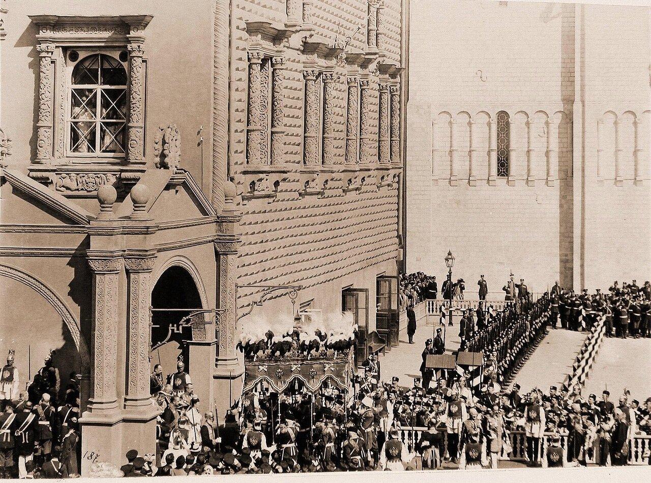 Вдовствующая императрица Мария Федоровна, спустившаяся в сопровождении свиты со ступеней Красного крыльца Грановитой палаты, подходит к балдахину (для следования под ним в Успенский собор) в день торжественной коронации